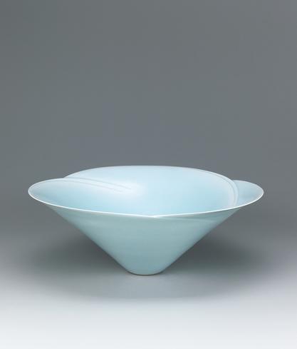 """写真:Large white porcelain bowl with pale blue glaze. """"Flower"""""""