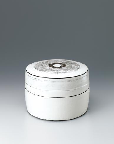 写真:Covered circular box with white slip and line design.