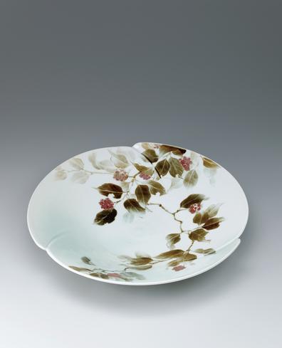 写真:Large dish with binankazura design.