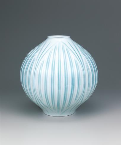 写真:白磁刻文釉彩花瓶