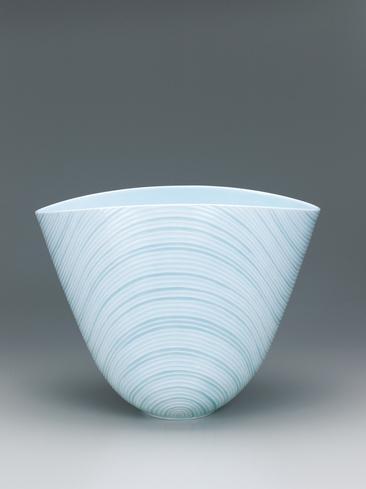 写真:青白磁釉象嵌線彫文扁鉢「連」