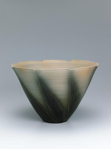 写真:萩緑釉線彫花器