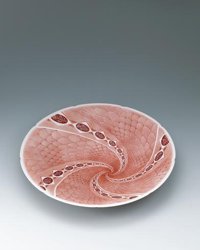 写真:九谷赤絵花蝶文輪花鉢