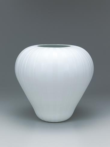 写真:Textured white porcelain jar.