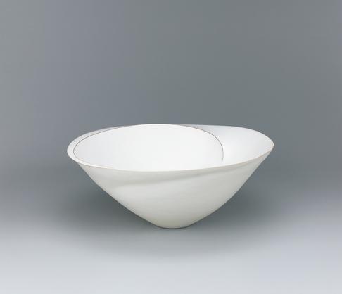 写真:Bowl with white glaze and ridged line decoration.