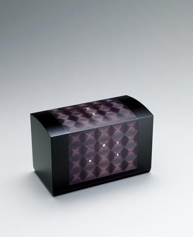 写真:Box with diagonal lattice design in colored urushi sheet cutouts.