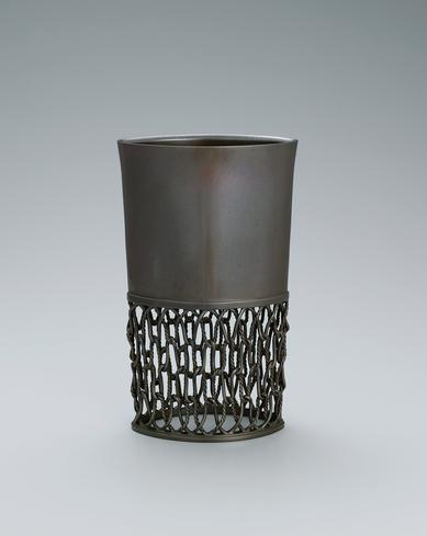 写真:蠟型鋳銅透し文花器