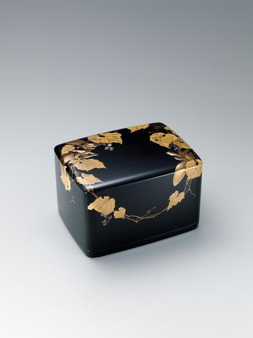 栗鼠に葡萄文蒔絵箱
