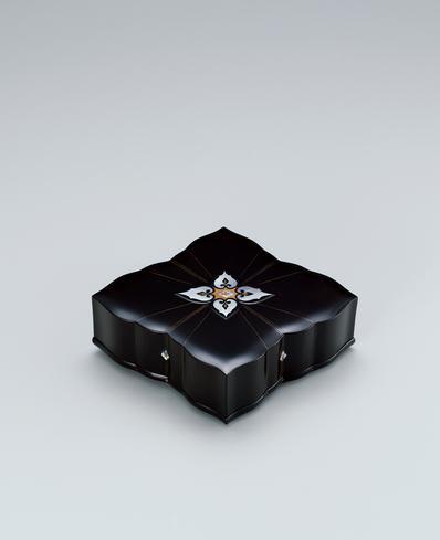 写真:玳瑁螺鈿花形組箱