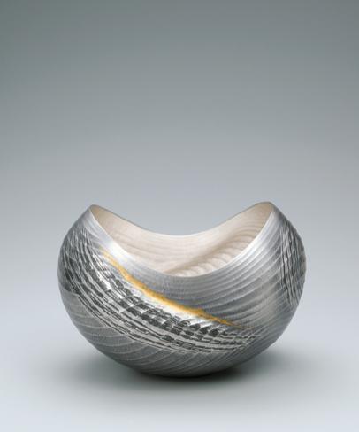 写真:銀打出し花器「海峡」
