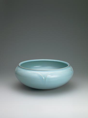 写真:Bowl with celadon glaze and line design.