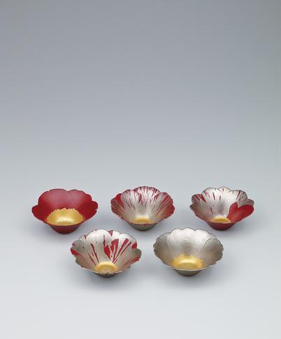 写真:Set of kanshitsu bowls with camellia design.