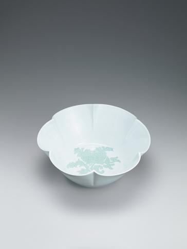 白磁緑釉牡丹彫文花形鉢