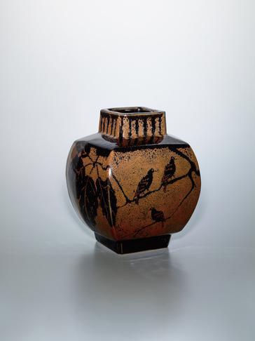 鉄釉柏に鳥文方形壺