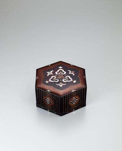 写真:玳瑁螺鈿六角箱