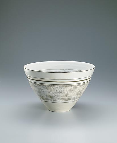 写真:Bowl covered with white slip and with inlay and line decoration.