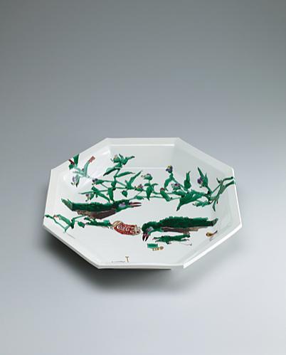 写真:Octagonal dish with design of roadside crows.