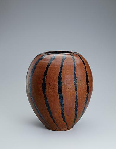 写真:柿釉黒線文花瓶