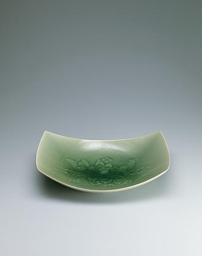 写真:青磁紫陽花文方形鉢