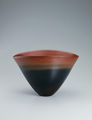 写真:Bowl with iron glaze.