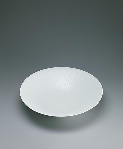 写真:White porcelain bowl with silky white decoration.