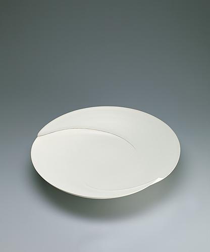 写真:Dish with white glaze and ridged line design.