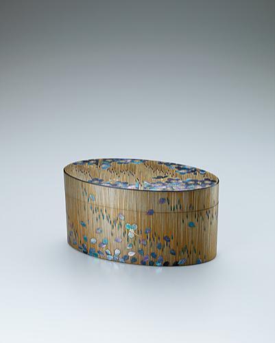 写真:乾漆蒔絵箱「花時雨」