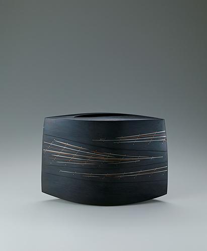 写真:鋳ぐるみ鋳銅花器「宙擁」
