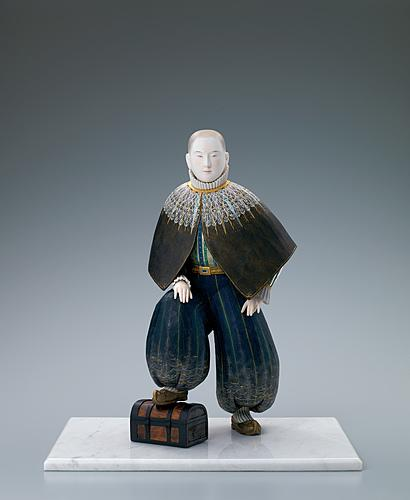 """写真:""""Wave light"""". Wood sculpture with mother-of-pearl inlay and polychromy."""
