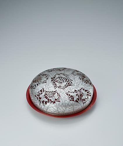 銀製双蝶文透彫蓋付銅盤