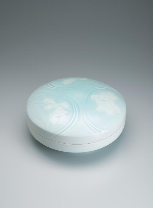 写真:青白磁カトレア彫文陶筥