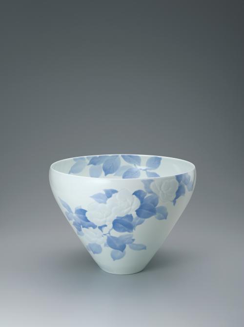 写真:染付彫鉢「艶葉樹」
