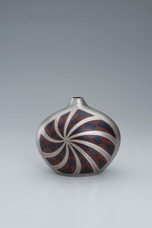 写真:布目象嵌赤銅銷盛扁壺