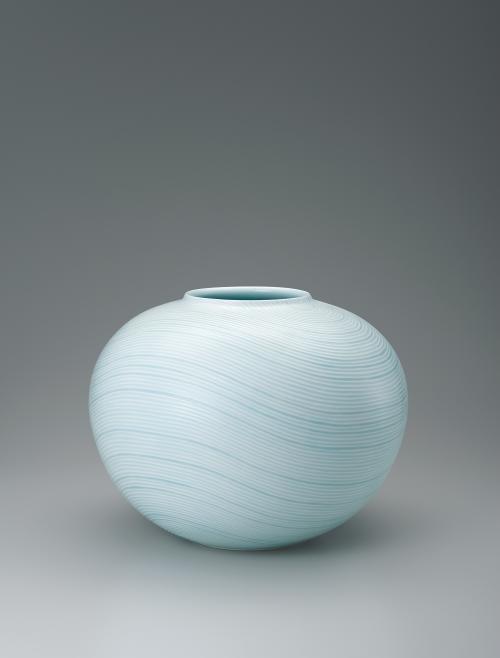 写真:青白磁釉象嵌線彫文壺