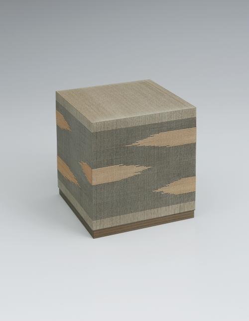 写真:神代楡線象嵌絣紋様四方箱