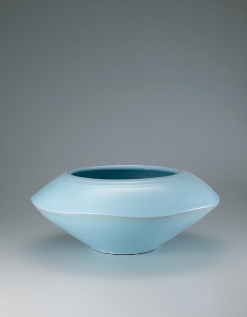 写真:青瓷平壺「水天彷彿」