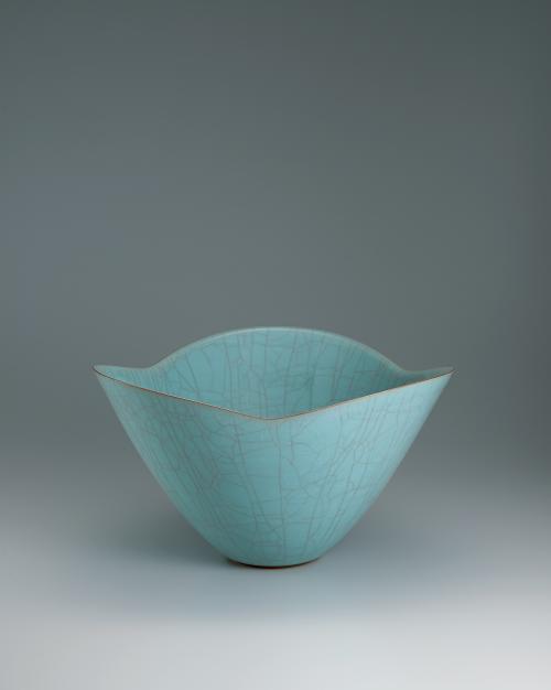 写真:青瓷三弁花大鉢