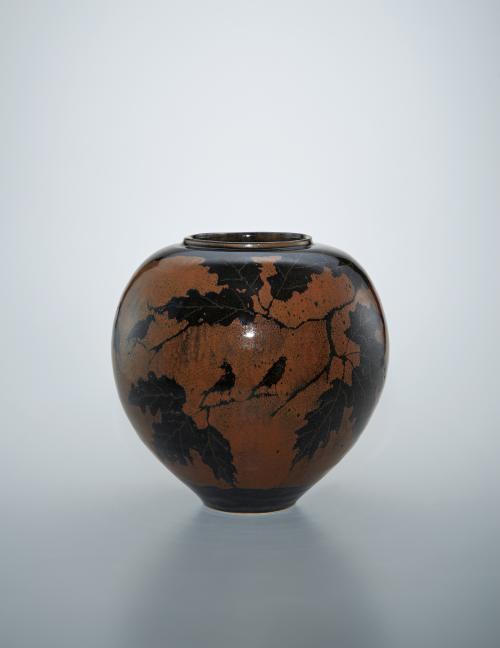写真:鉄釉柏に鳥文壺