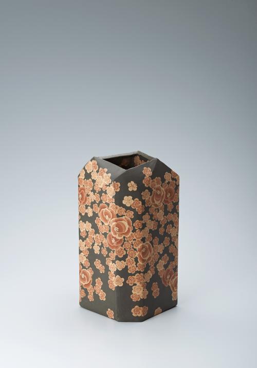 写真:無名異練上花紋五角壺