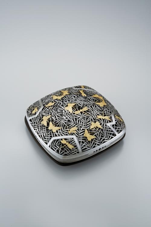 銀製金彩草虫文透彫蓋物「願い」