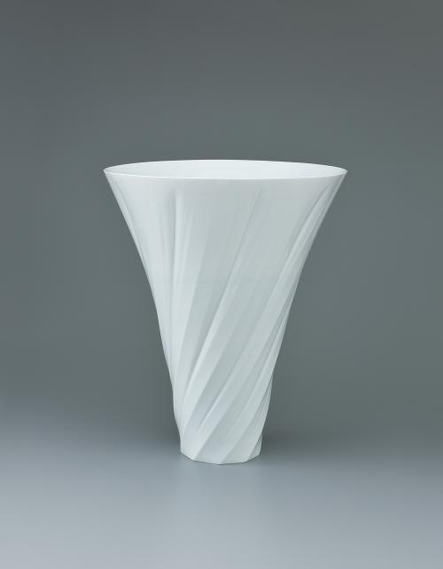 写真:白磁面取線彫花器