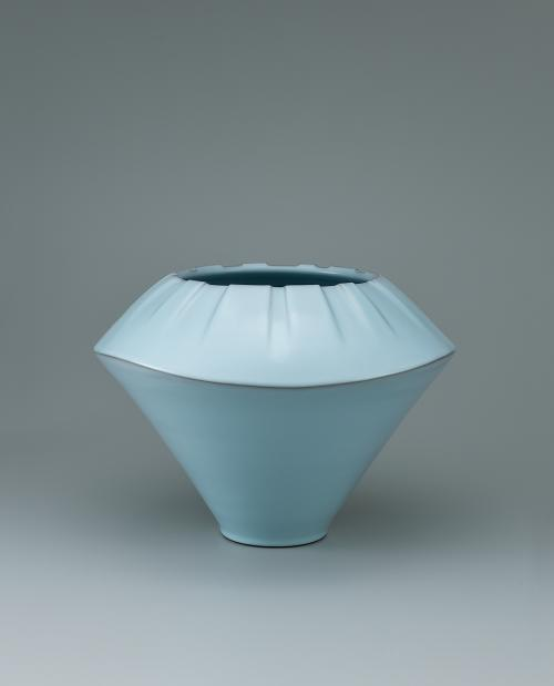 写真:青瓷壺「水天彷彿」