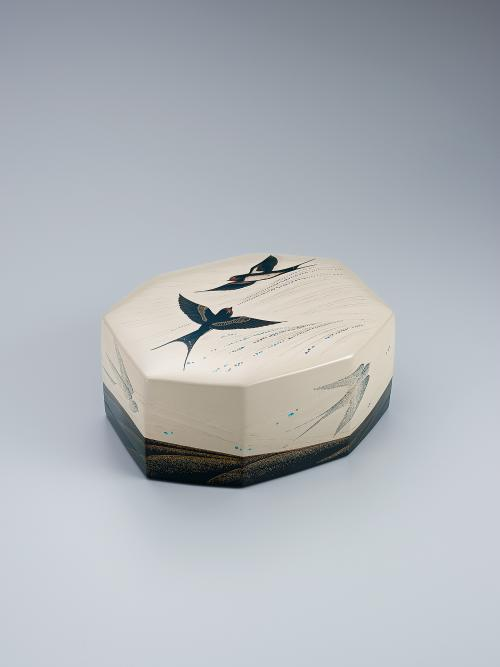 写真:乾漆蒔絵飾箱「初燕」