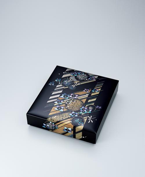 写真:螺鈿蒔絵箱「梅雨明け間近」