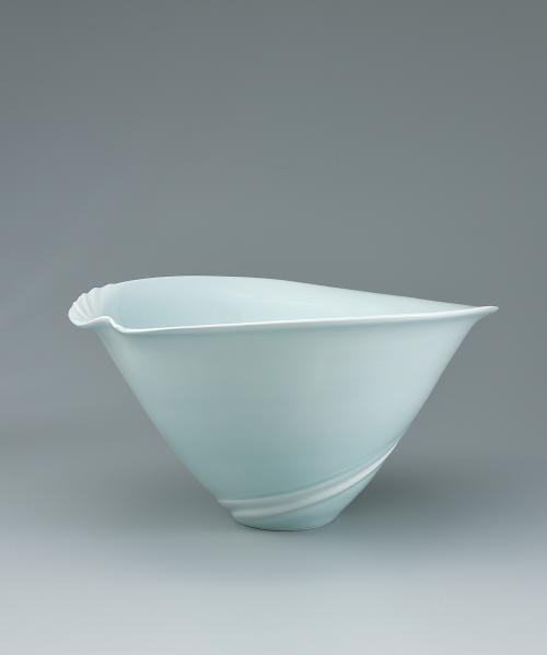 写真:青白磁潮流線文鉢
