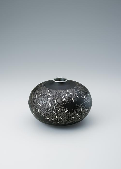 写真:鐵地貉菊文象嵌花器