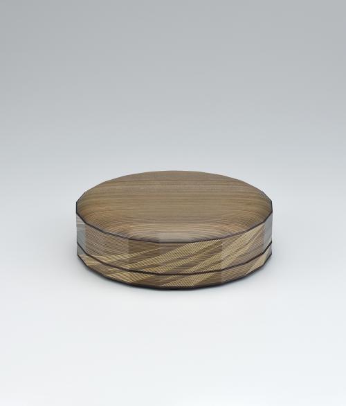 写真:神代杉挽曲造木象嵌食籠