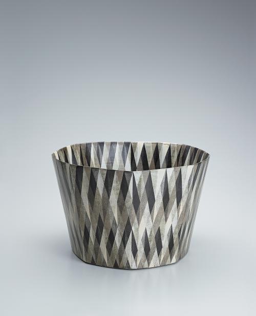 写真:色絵鉢「黒晶」