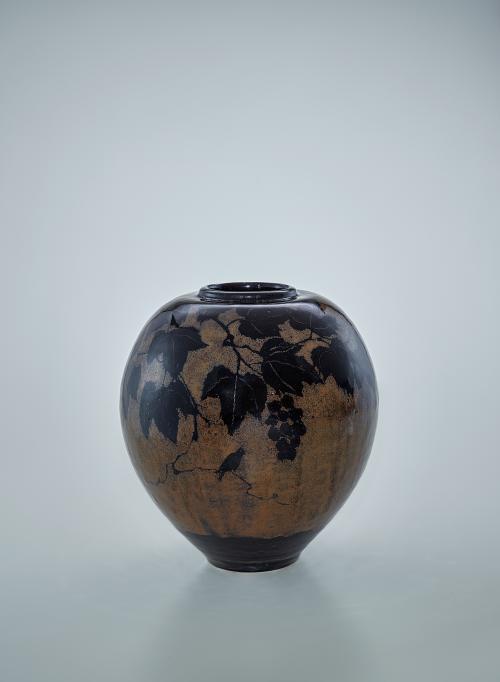鉄釉葡萄文壺