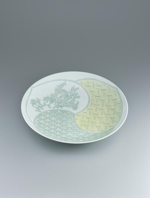 写真:白磁黄緑釉彫文皿